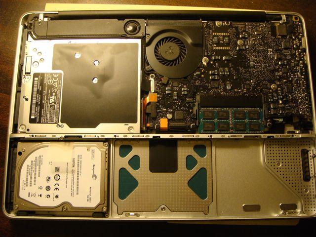 13寸 Unibody MacBook 内部。左上方的方形金属盒子是光驱。